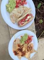 アレク&川崎希、ホテルのプールで食べたものを紹介「これも全部無料なんだ~」
