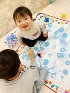 杉浦太陽、三男と遊ぶ面倒見がいい次男「お兄ちゃんと水お絵描き~」