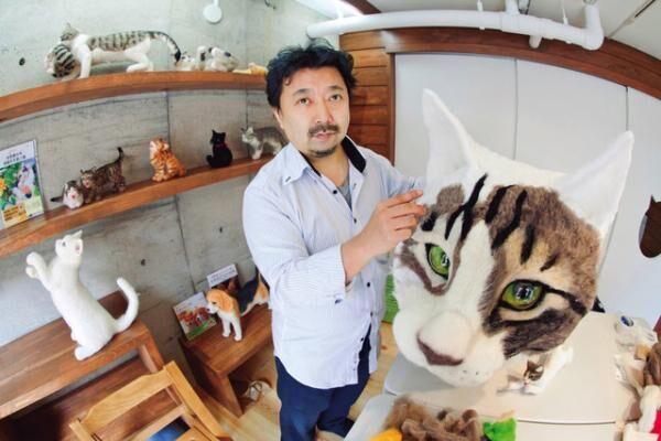 猫人形作家・佐藤法雪さん。04年よりブログ上で猫人形製作を公開する。日本羊毛アート学園猫科の主任講師。著書に『羊毛フェルトで作るリアル猫人形』(トランスワールドジャパン)など。