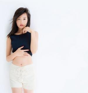 やの・みきこ\'86年12月4日生まれ。大阪府出身。モデル。私服スナップが満載のスタイルブック『THINGS I LIKE THINGS I LOVE』(宝島社)が発売中。トップス¥24,000(ジョーン アンド ジェーン/ザ・ウォール ショールームTEL:03・5774・4001)パンツはスタイリスト私物