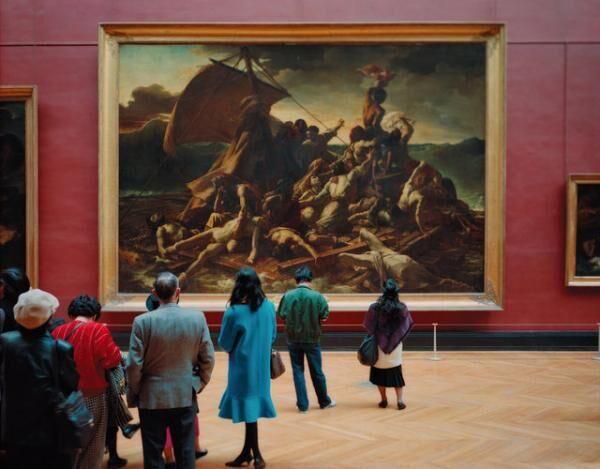 """美術館そのものがテーマとなる本展を象徴する""""ルーヴル美術館でアートを観る人々""""を写した写真作品。他にもミレーの『落ち穂拾い』を鑑賞するタイの農民たちを映した映像作品など。トーマス・シュトゥルート≪ルーヴル美術館4、パリ 1989≫1989年、京都国立近代美術館(C)Thomas Struth"""