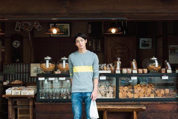菊見せんべい総本店で野村さんが選んだのは「唐辛子せんべい」1枚65円(税込み)。「香ばしくて美味い!」(野村さん)