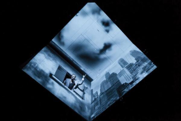 元々の作品は\'91年初演。この作品を機にルパージュの名前が世界に広まった。映し出されているビル群や建物の壁は映像だけれど、窓から顔を出す人間は生の俳優だ。一体、どうなってるの?その答えは劇場で。(C)Nicola Frank Vachon