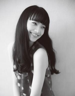 こまつ・なな1996年2月16日生まれ、東京都出身。\'08年、雑誌『ニコ☆プチ』でモデルデビュー後、数多くの雑誌や広告、CMなどで活躍。\'14年公開の映画『渇き。』で女優デビューし、日本アカデミー賞新人俳優賞など、数々の新人賞を受賞。最新出演作の映画『バクマン。』が公開中。