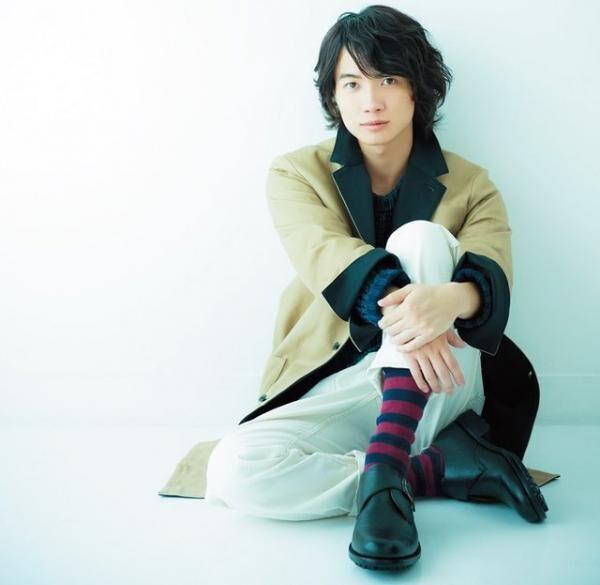 かみき・りゅうのすけ1993年生まれ。俳優。6歳でドラマ『グッドニュース』でデビューして以来、映画『桐島、部活やめるってよ』『るろうに剣心』『バクマン。』などの話題作に出演。ユニセックス コート¥48,000 オーダー販売(TATEGAMI/tategami.tokyoTEL:03・6324・2100 )ニット¥19,000(BLUE BLUETEL:03・3715・0281)パンツ¥18,000(HOLLYWOOD RANCHMAKETTEL:03・3463・5668)モンクストラップシューズ¥23,000(CEBO/JOURNEYTEL:03・3461・8506)ソックスはスタイリスト私物。