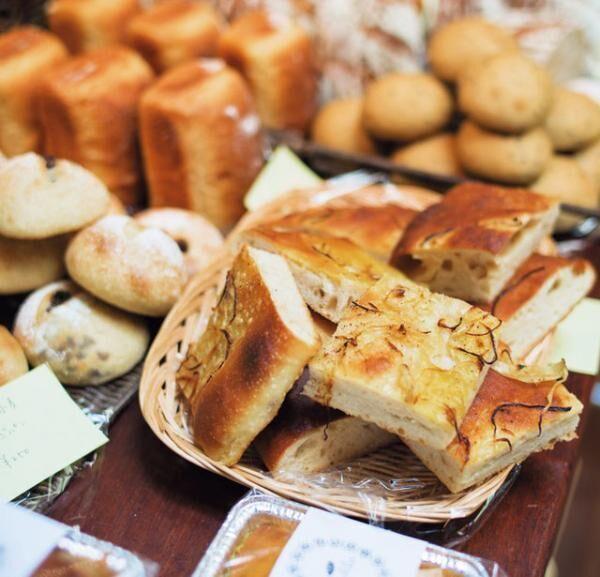 自家製酵母パン『\'apelila』は開門と同時に行列ができるほどの人気。