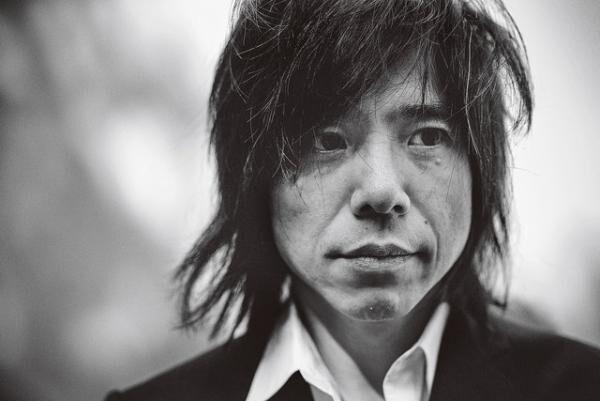みやもと・ひろじ1966年6月12日生まれ。中3の時、同級生とバンド「エレファントカシマシ」を結成、1988年デビュー。テレビ出演などで見せる独特のポーズや会話のキュートさも人気。