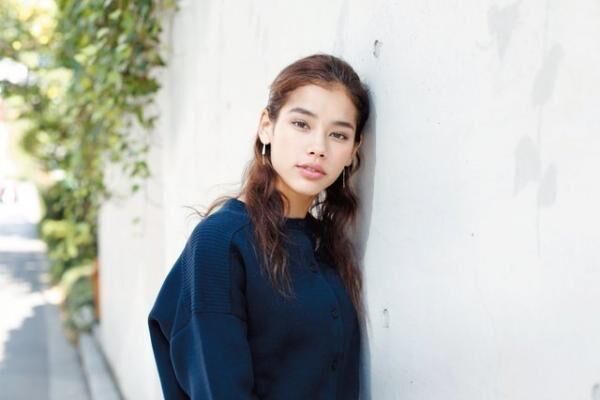 さはら・もにか1993年生まれ。2012年に『GLAMOROUS』のオーディションで特別賞受賞。『NYLON JAPAN』などの雑誌や広告で活躍中。インスタグラム(@moni_saha)も人気。