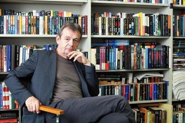 ピエール・ルメートル作家。1951年、パリ生まれ。2006年、55歳のとき『悲しみのイレーヌ』でデビュー。在日フランス大使館/アンスティチュ・フランセ日本の招聘によりイベント「読書の秋2015」に参加するため来日。