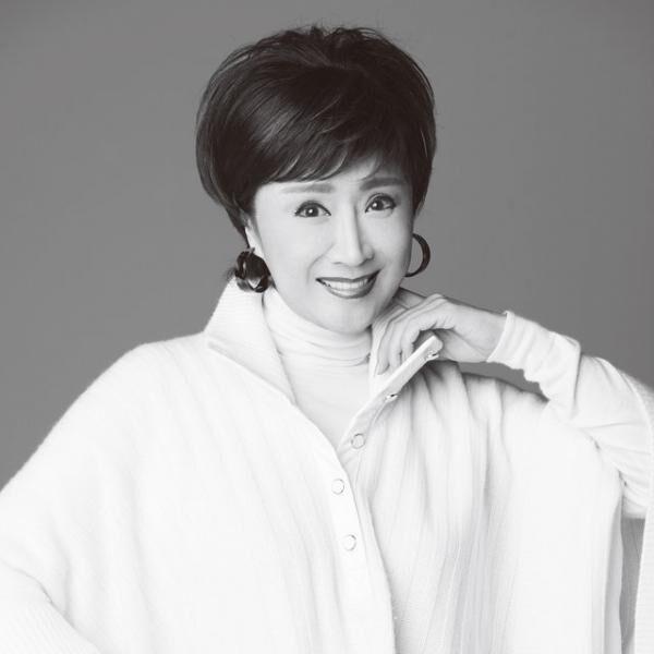 """こばやし・さちこ1953年12月5日生まれ、新潟県出身。1964年に『ウソツキ鴎』でデビューし、""""美空ひばりの再来""""と話題に。1979年に『おもいで酒』が大ヒットし紅白歌合戦に初出場。以来、33回連続で出場し、歌唱力と衣装で国民の注目を集める。趣味はスキューバダイビング。"""