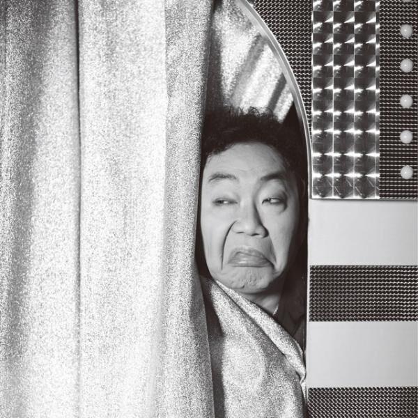 1960年3月13日生まれ、熊本県出身。1980年に『お笑いスター誕生!!』でデビュー。ものまねレパートリーは300種を超えており、2014年には、ものまねタレントして文化庁長官表彰を受賞。一方で、明治座をはじめとする劇場での座長公演を定期的に務めるなど役者としても活躍中。