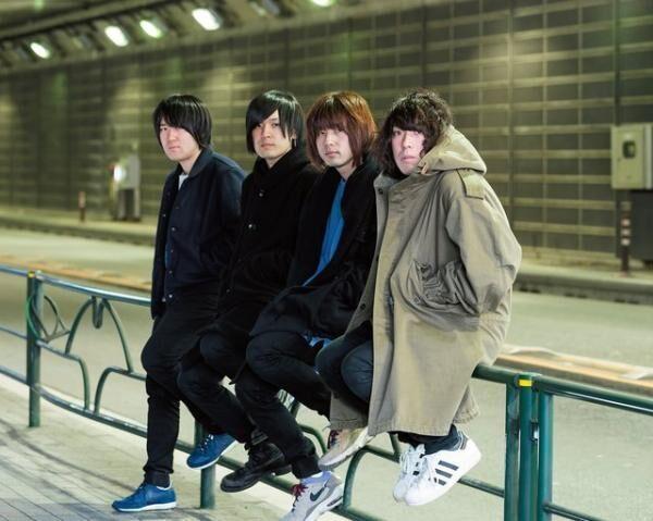 カナブーン左から、小泉貴裕(D)、古賀隼斗(G)、飯田祐馬(B)、谷口鮪(V&G)。2013年『盛者必衰の理、お断り』でデビュー。4月から香港・台湾公演も含む全国ツアーを行う。