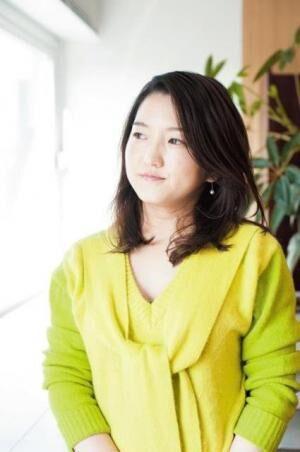 すなだ・まみ映画監督。1978年生まれ。是枝裕和監督らの監督助手を務め、初監督作品『エンディングノート』で日本映画監督協会新人賞等を受賞。それをもとに小説『音のない花火』を発表。