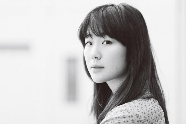 くろき・はる1990年3月14日生まれ、大阪府出身。'10年にNODA・MAP番外公演『表に出ろいっ!』でヒロイン役に抜擢され注目を集める。近年は映画『母と暮せば』、ドラマ『真田丸』(NHK)など。公開待機作に映画『永い言い訳』『エミアビのはじまりとはじまり』が控えている。ブラウス¥35,000スカート¥53,000(共にコム デ ギャルソン・ガール/コム デ ギャルソンTEL:03・3486・7611)