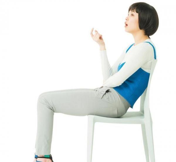 気づけば椅子の背にもたれていませんか?骨盤を下に引っぱる筋肉(ハムストリングス)が短縮し、骨盤が後傾。脂肪が下垂する要因に。締まりのない垂れ尻を助長することに。ニットベスト¥6,000(ダブルスタンダードクロージング/フィルム)リブトップス¥1,950(Bershka/ベルシュカ・ジャパン カスタマーサービスTEL:03・6415・8086)パンツ¥2,600(Sov./フィルム)サングラス¥46,000(ic!berlin/ワールドスタイリング)サンダル¥75,000(グレイメル/トレ トレ 青山本店TEL:03・5468・2262)