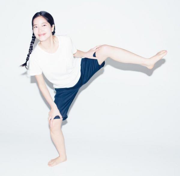 お腹、股関節、腰まわりの筋肉を使うイメージで片脚をゆっくり持ち上げ、静かに下ろす。