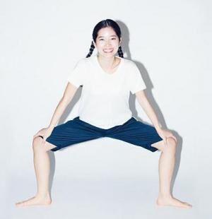 両足を開いて立ち、つま先を外側に向ける。背筋を伸ばし、股を少しずつ開きながら腰を低い位置に落とす。