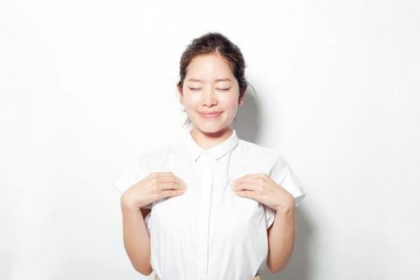 """花街式・顔汗防止法。腋の下を親指で押さえ、胸まわりを締め付けるようにしながら、汗止めに効果ありといわれる、乳首から指2~3本上にある""""屋翳(おくえい)""""のツボを4本指で刺激して。"""