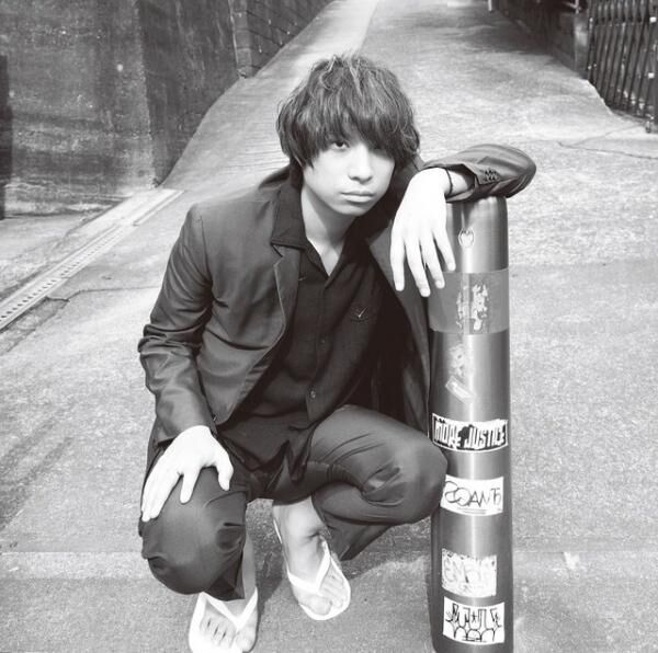 おざき・せかいかん1984年11月9日、東京都生まれ。'01年、クリープハイプ結成。'09年より、現メンバーで本格的に活動をスタートさせ、'12年メジャーデビュー。映画『自分の事ばかりで情けなくなるよ』『私たちのハァハァ』では音楽を担当。本人役で出演もしている。