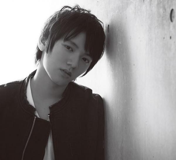 はまだ・たつおみ2000年8月27日生まれ、千葉県出身。NHK大河ドラマ『龍馬伝』で注目を浴びる。おもな出演作品にドラマ・映画『怪物くん』、映画『HOME 愛しの座敷わらし』『きいろいゾウ』などがある。11月26日には出演映画『疾風ロンド』の公開も控えている。ブルゾン¥16,800Tシャツ¥5,500パンツ¥11,000(以上スーパーサンクス/バンプロTEL:03・6455・4131)リング¥10,000ブレスレット(4本セット)¥12,000(共にアティース/チャコールグリーン トーキョーTEL:03・5410・8186)シューズはスタイリスト私物