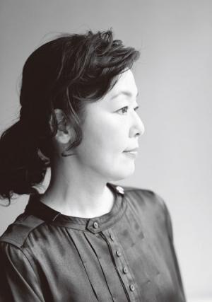こばやし・さとみ1965年生まれ、東京都出身。'79年に女優デビュー。'82年に映画『転校生』で主役に抜擢され、その後、数々のドラマ、映画に出演。おもな出演作にドラマ『すいか』、映画『かもめ食堂』など。エッセイも執筆しており著書多数。近著に『読まされ図書室』(宝島社)がある。