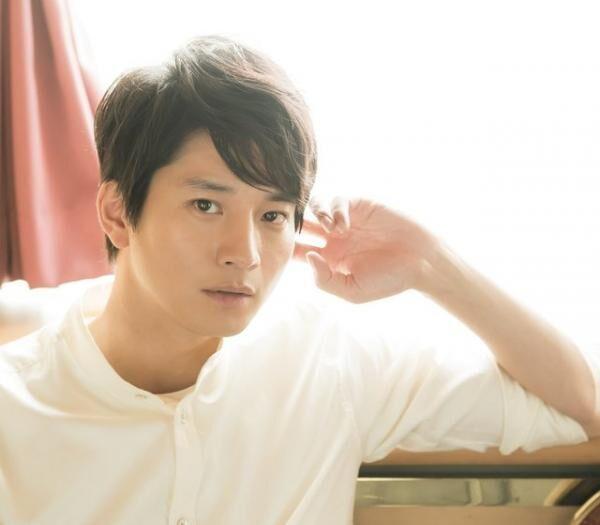 むかい・おさむ俳優。1982年生まれ、神奈川県出身。'06年にデビュー。近作にドラマ『神の舌を持つ男』(TBS系)、連続テレビ小説『とと姉ちゃん』(NHK)。バンドカラーシャツ¥22,000Tシャツ¥11,000(共にFACTOTUM/ファクトタム アパルトメントTEL:03・5459・9779)