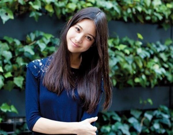 はせがわ・にいな2000年生まれ。『めざましテレビ』のコーナー、イマドキに出演中。『ViVi』などでファッションモデルも務める。公式ブログ(http:/ameblo.jp/nina-offi cial)も必見。