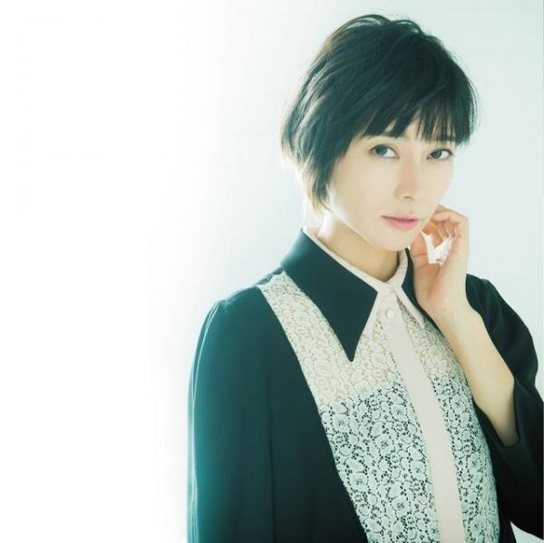 しばさき・こう1981年生まれ、東京都出身。映画『GO』はじめ多くの映画・ドラマで受賞多数。歌手としても活動し、ほとんどの楽曲で自ら作詞を行う。2017年NHK大河ドラマ『おんな城主 直虎』で主演・井伊直虎役を務める。ワンピース¥59,000(TARA JARMON/イトキン カスタマーサービス TEL:03・3478・8088)ピアス¥22,000(LARA BOHINC/H.P.FRANCE TEL:03・5778・2022)
