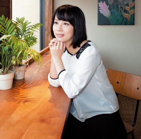 わたや・りさ作家。1984年、京都府生まれ。2004年、19 歳のとき『蹴りたい背中』で史上最年少の芥川賞作家となる。『ウォーク・イン・クローゼット』(講談社)など、著書多数。