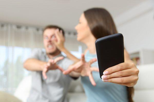 【グゥの音も出ない…】「嫉妬深い彼氏」を黙らせるLINE対処法3つ