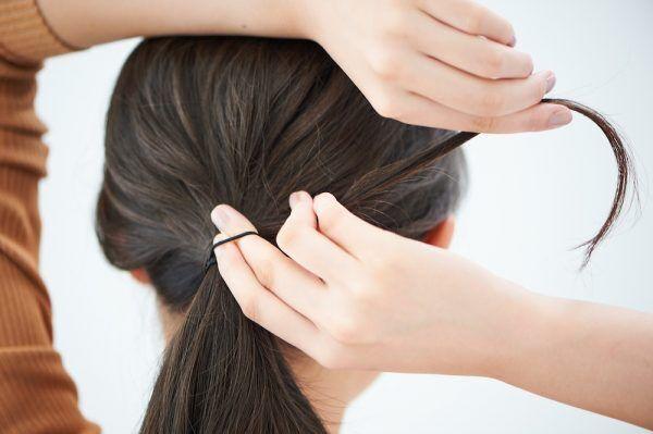 【ヘアアレンジ基本テク】ピンなし簡単! ひとつ結びのゴムを髪で隠す方法