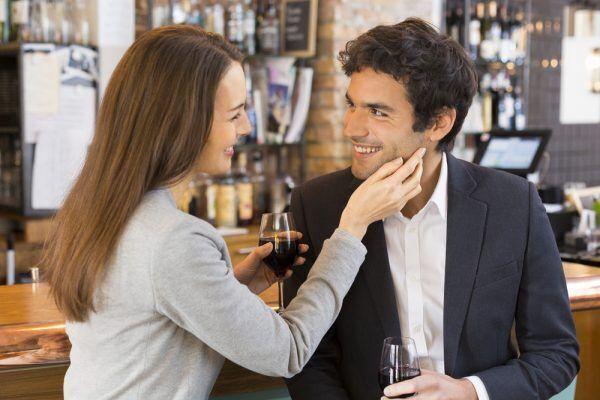 【舌でペロペロ…】男が心底可愛いと思う「キスのおねだり仕草」4選
