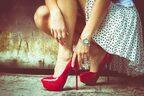 玄関での「正しい靴の脱ぎ方」|モテる女のマナー講座 vol.1