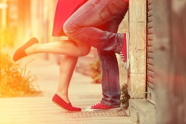 足でピョンピョン…男が可愛いと思った「彼女のキスおねだり仕草」4つ