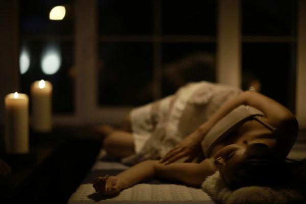眠くてウトウト…男が帰宅時に「可愛い」と思う彼女の出迎え方4つ