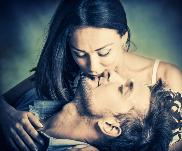 破局が近いかも…?男が冷めている時にする「雑なキス」4選
