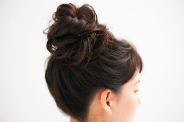 夏は長い髪がうざったい…簡単「ゆるふわお団子ヘア」の作り方