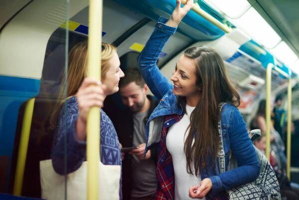 彼女だったら即別れたい…男がドン引きする電車内での女のNG行動