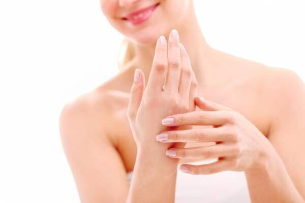 すっぴん爪のトレンドの背景は? 美容家に聞く「すっぴん美爪の作り方」