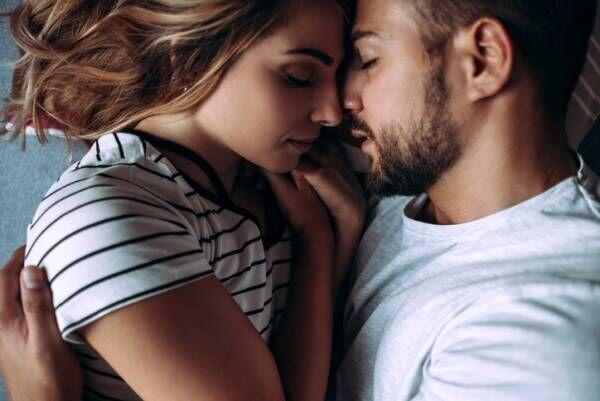 寝顔をこっそり…男が本命彼女にだけする「秘密の行動」4つ