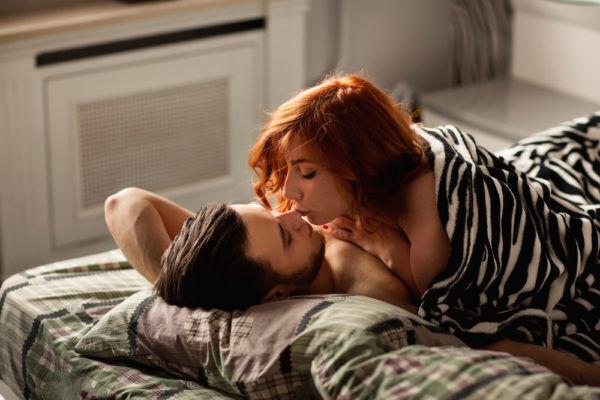 アソコを触りながら…男が興奮した「H中のキスエピソード」4選