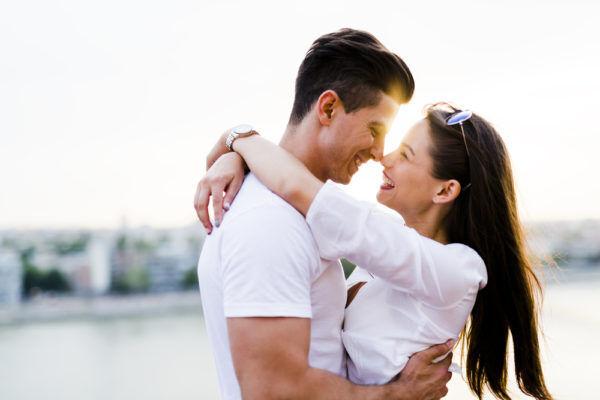 押し倒したい…! 男がキス中「密かに考えていること」5つ