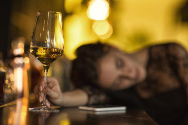 それはモテないよ… 男が許せない「酔っぱらい女子の言動」4選