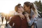 彼の上にまたがって…! 男が興奮する「キス中のしぐさ」4選