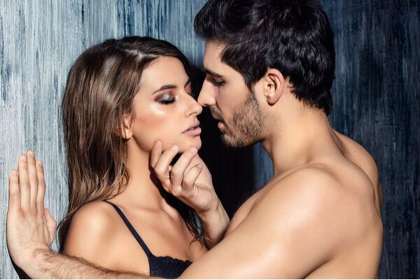 3人で…!? 男女が興奮した「刺激的なキス」体験4つ