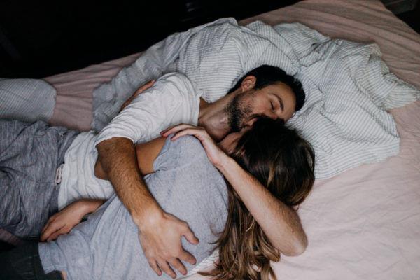 ベッドにもぐって… 彼の心を和ませる「彼女の可愛いキス」4選