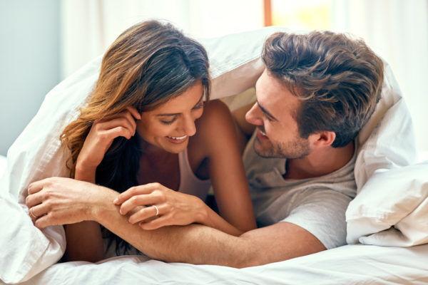 お泊まりデートで彼がメロメロ♡ 彼をドキッとさせる「夜の仕込みテク」