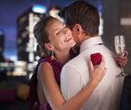 彼氏が寝ている横で… 女性がハマった「浮気相手とのキス」4選