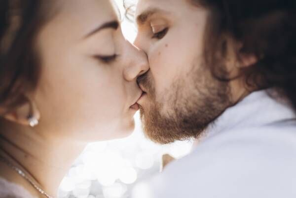 キョロキョロしながらチュッ…♡ 男性が何度もして欲しい「癒しのキス」4つ