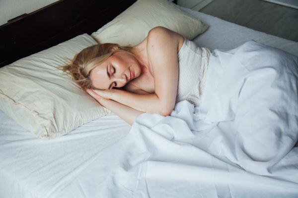 朝から可愛い…お泊りデートで彼が興奮する彼女の寝起き仕草4選